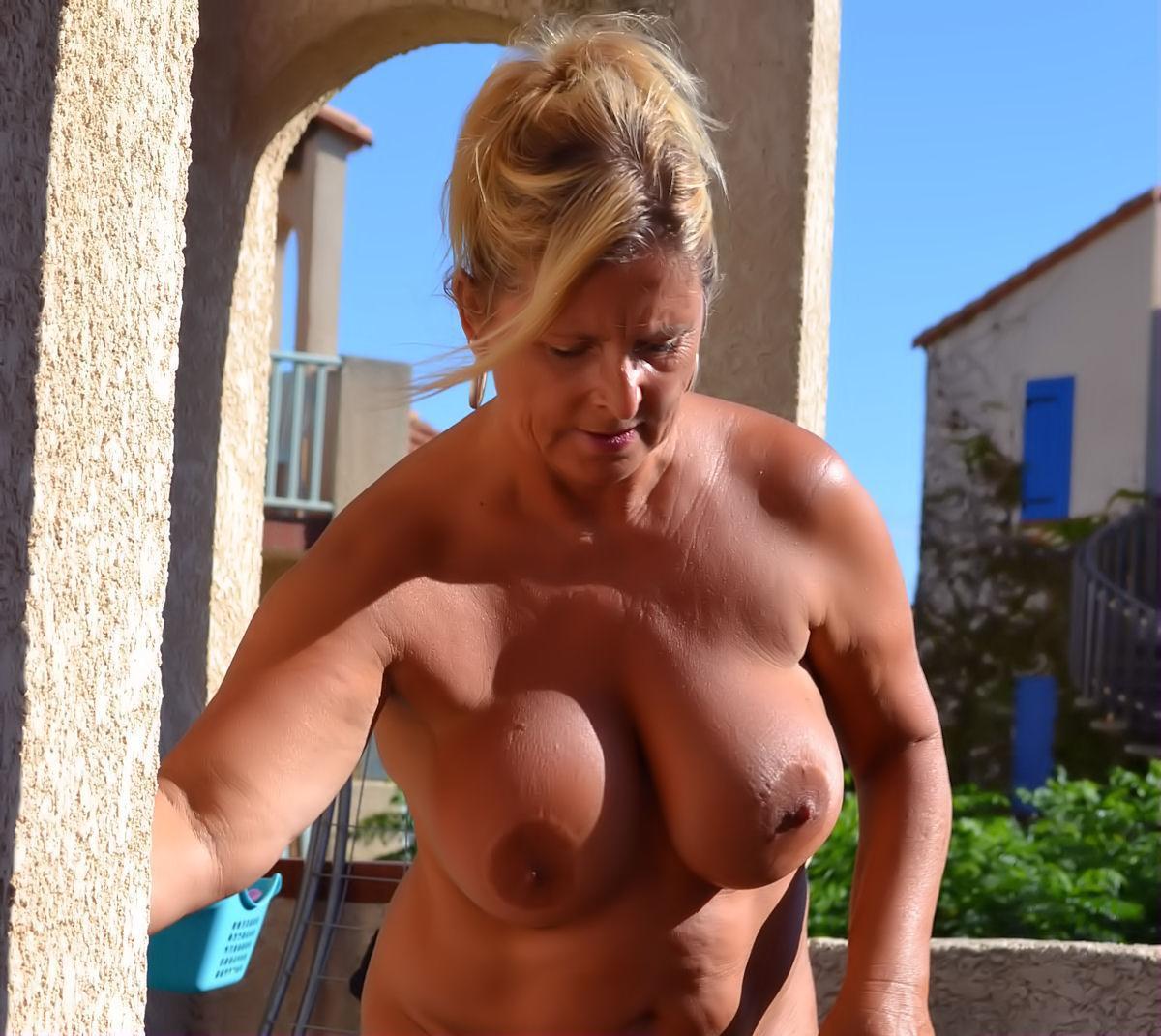 Hausarbeit frauen nackt Hausfrau die